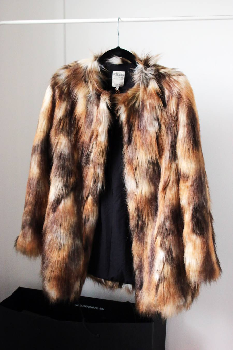 ZARA Women's Fur Coats ZARA Women's Coats All Women's fur coats All Women's fur coats Price can drop! Are you waiting for sale? We will tell you, when price on this product drops. Submit. Get back in stock alert! We will tell you when this product gets back in stock. Submit ×.